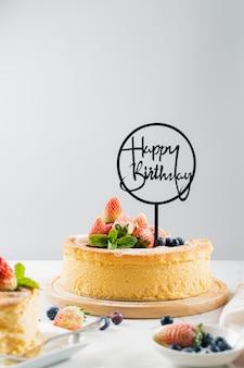 Torta de la fruta fresca del feliz cumpleaños con la fresa., concepto de la comida torta de queso japonesa con la fresa y el arándano.