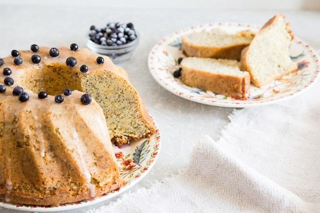 Torta hecha en casa del limón con las semillas y el arándano de amapola. enfoque selectivo