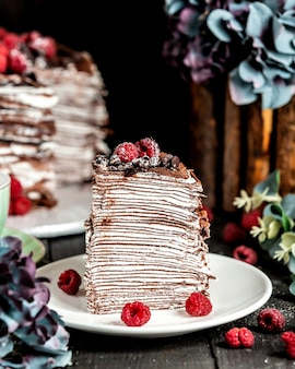 Torta de panqueque de chocolate con frambuesas