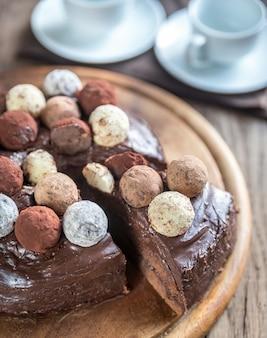 Torta sacher decorada con trufas