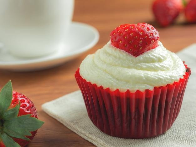 Torta de la taza de fresa de terciopelo rojo