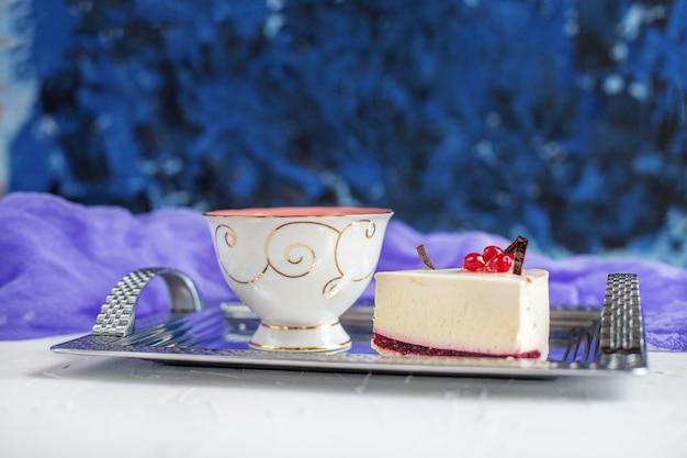 Torta y té en una bandeja. el concepto de alimentos, bebidas y desse.