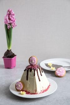 La torta tradicional de pascua de la cuajada con primavera florece el azafrán en el fondo ligero