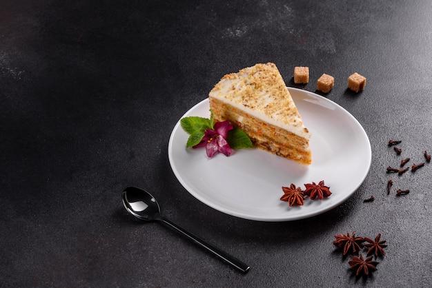 Torta de zanahoria deliciosa fresca con crema en una superficie oscura. tarta de zanahoria con glaseado batido