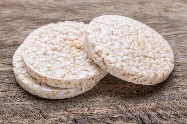 Tortas de arroz con pocas calorías. sobre textura de madera.