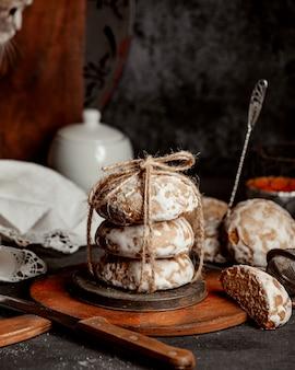Tortas de azúcar de miel sobre una plancha de madera