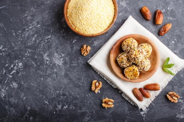 Tortas de bolas energéticas con albaricoques secos, cereales, sésamo, lino, nueces y dátiles.