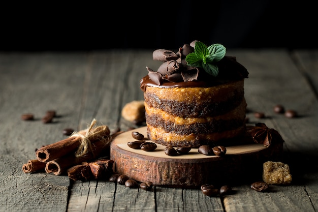 Tortas de chocolate en el fondo oscuro.