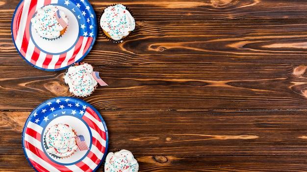 Tortas dulces de banderas americanas en platos.