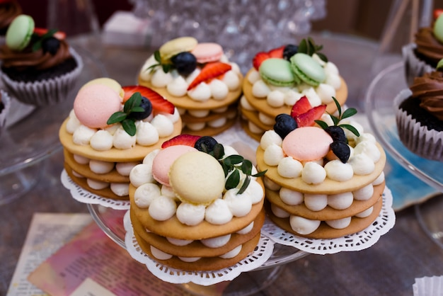 Tortas y dulces con chocolate y moras.