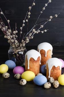 Tortas y huevos de pascua en un fondo oscuro, rústico, de madera