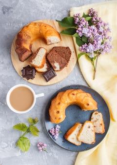 Tortas con pasas y chocolate y una taza de café en un hormigón gris, vista desde arriba.
