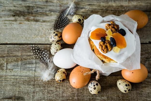 Tortas de pascua con huevos, fondo de madera rústica