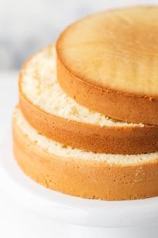 Tortas en un puesto de pastel blanco