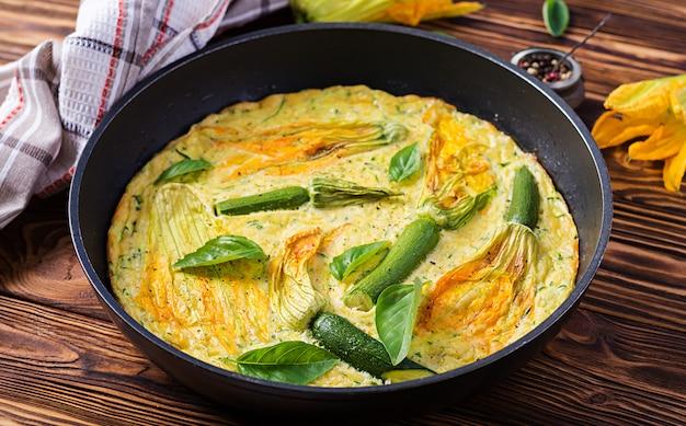 Tortilla al horno con calabacín de flores en sartén