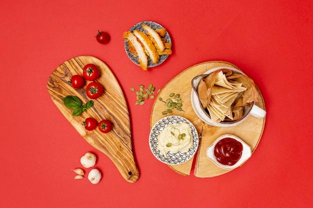 Tortilla casera con salsas y pollo frito