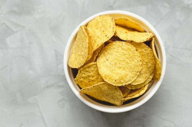 Tortilla chips de maíz en un tazón