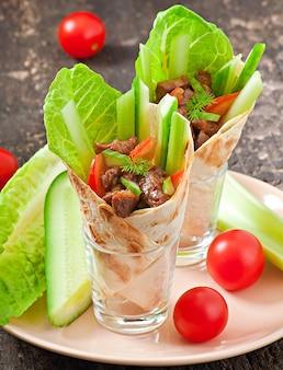 Tortilla envuelta con carne y verduras frescas