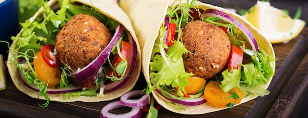 Tortilla envuelta con falafel y ensalada fresca