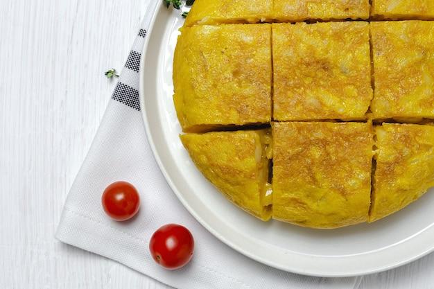 Tortilla española casera con patatas y huevos. comida tradicional española