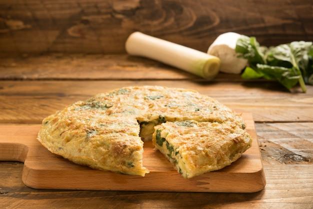 Tortilla de espinacas, queso y puerro