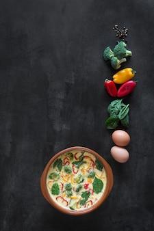 Tortilla fresca preparada con verduras y espinacas.