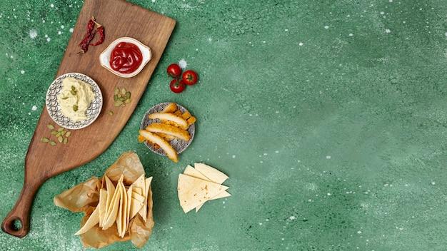 Tortilla fresca con salsas y pollo frito