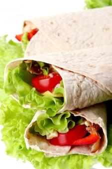 Una tortilla fresca con verduras y salsa.