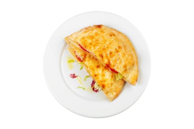 Tortilla frita fresca en una placa blanca aislada en blanco