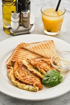 Tortilla con hierbas, pan y mantequilla.
