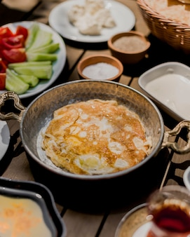 Tortilla de huevos fritos sobre la mesa
