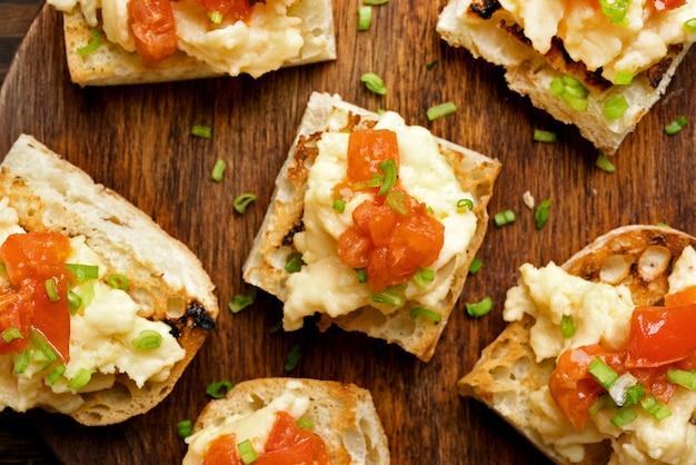 Tortilla, huevos revueltos sobre pan tostado