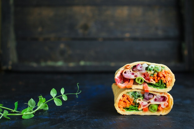 Tortilla o burrito relleno de pita shawarma verduras
