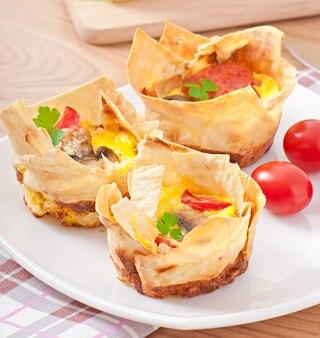 Tortilla en pan de pita con tomate, tocino y champiñones