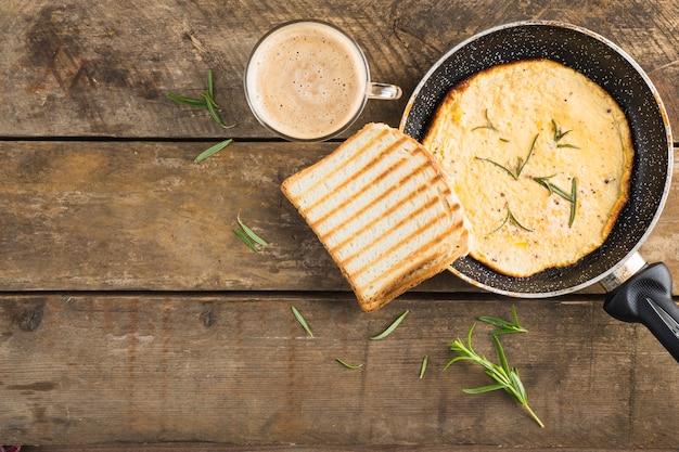 Tortilla con pan tostado cerca del café