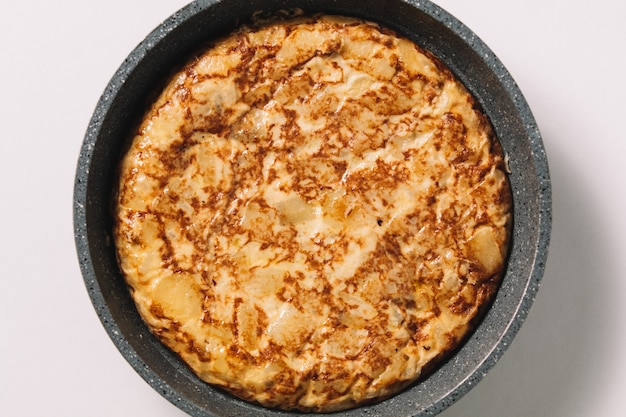 Tortilla de patatas en blanco, plato típico español