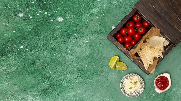 Tortilla servida con salsas y tomates