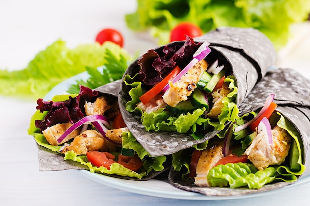 Tortilla con tinta agregada de sepia con pollo y verduras