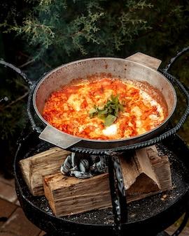 Tortilla de tomate con albahaca encima