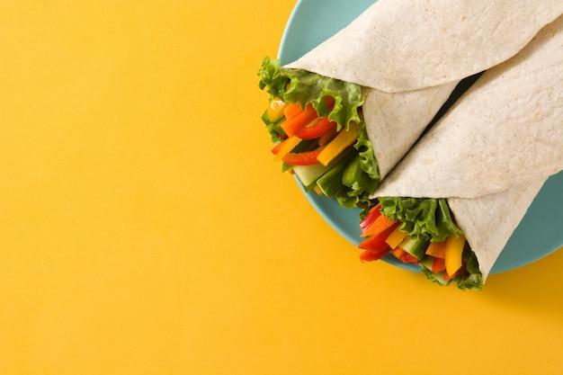 Tortilla de verduras envuelve el fondo
