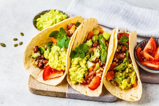 Tortillas veganas con quinua, espárragos, frijoles, vegetales y guacamole.
