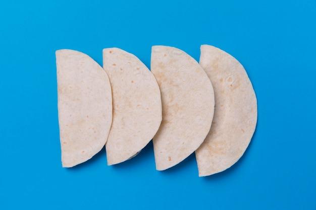 Tortillas de vista superior sobre fondo azul.