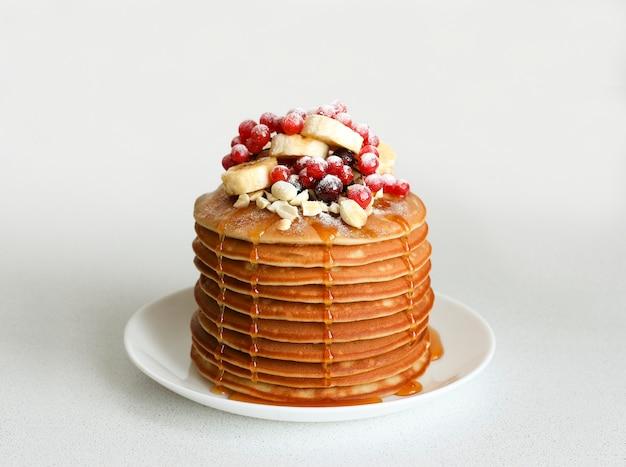 Tortitas con frutos rojos, plátano y miel.