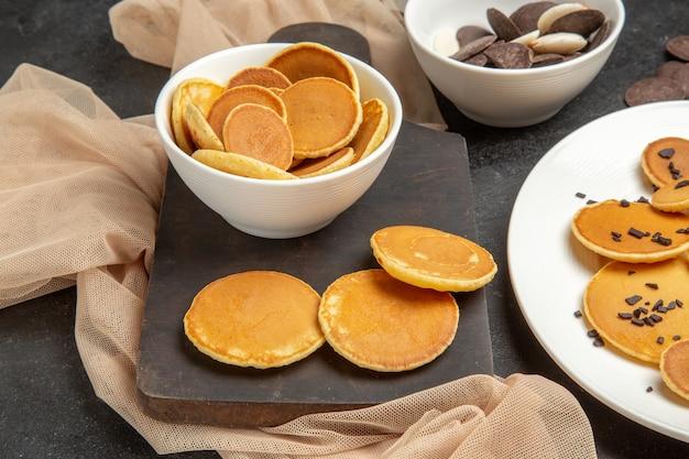 Tortitas con galletas en gris oscuro