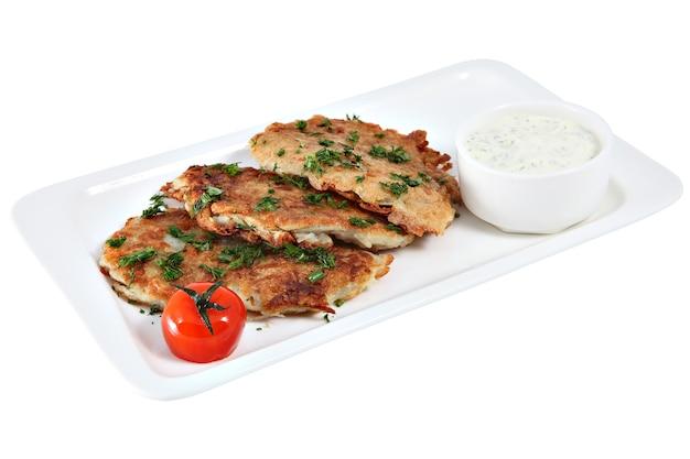 Tortitas de patata en un plato blanco rectangular aislado