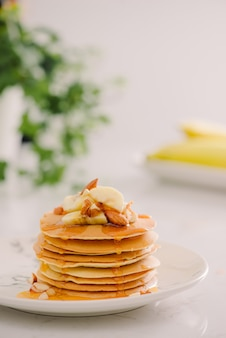 Tortitas de plátano y anacardo con plátanos y salsa de caramelo salado. la tonificación. enfoque selectivo