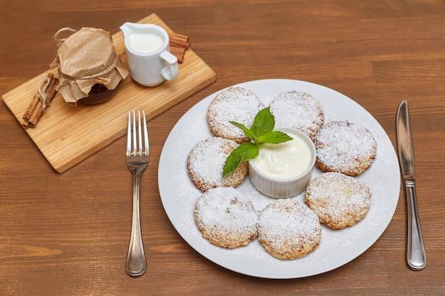 Tortitas de requesón o buñuelos. cocina tradicional rusa y ucraniana