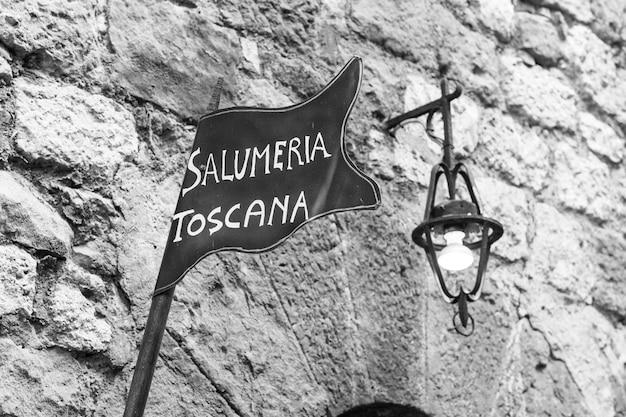 Toscana, italia. streetign de carnicería tradicional en una antigua muralla