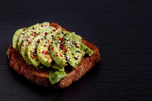 Tostada de aguacate sandwich vegano receta saludable almuerzo