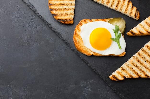 Tostada de huevo saludable con espacio de copia